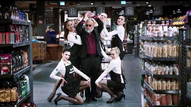 Menschen posieren sexy ein einem Supermarkt.