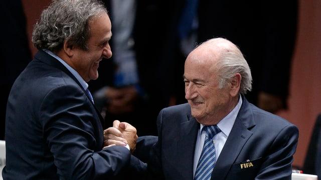 Michel Platini und Joseph Blatter schütteln sich die Hände