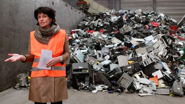 Bundesrätin Doris Leuthard mit Warnweste vor Elektroschrott.