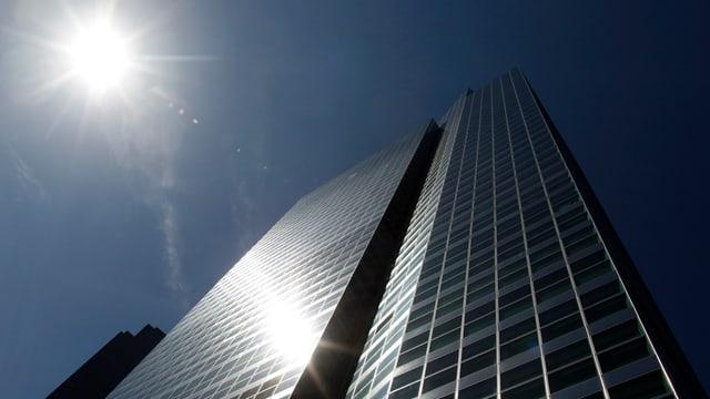 Gebäude von unten mit Sonnenlicht.