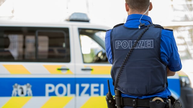 Basler Polizeiauto und Basler Polizist.