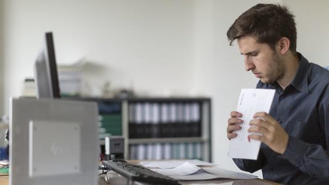 Junger Mann vor PC