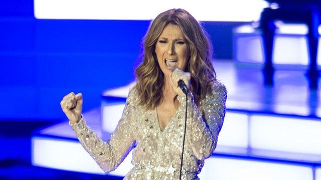 Céline Dion im Glitzerkleid schmettert eine ihrer Balladen ins Mikrofon.