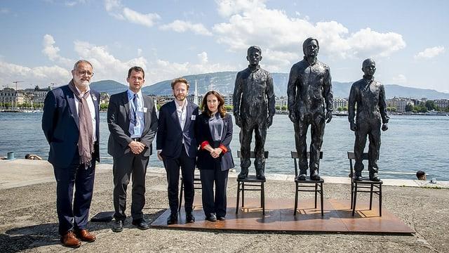 Neben den Statuen: Carlo Sommaruga, UN-Folterbeauftragter Nils Melzer, Assanges Anwalt Antoine Vey und Stella Morris, die Verlobte von Assange.