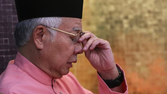 Najib Razak langt sich an den Kopf