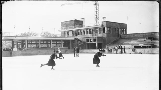 Archivbild. Eisläuferinnen auf der Eisfläche.
