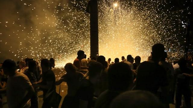 Explosion einer Granate während einer Demonstration