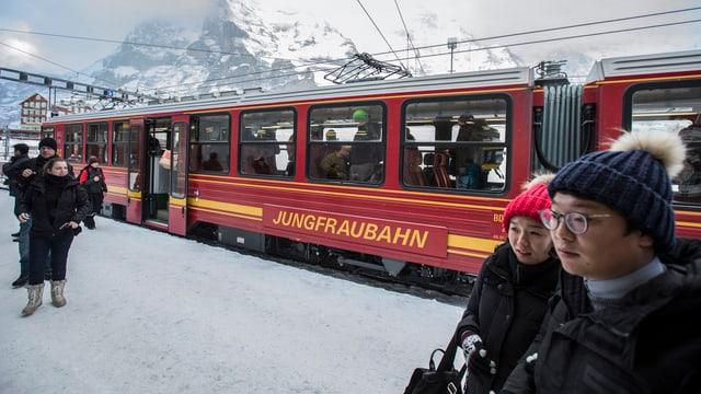 ina viafier cotschna da la Jungfraubahn, dasper intgins giasts da l'Asia