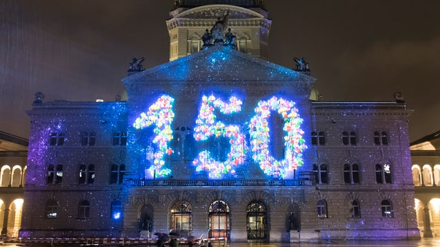 Die Zahl 150 auf das Bundeshaus projiziert.