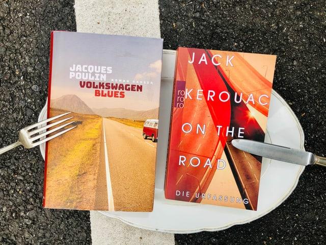 «Volkswagen Blues» von Jacques Poulin und «On the Road» von Jack Kerouac auf einer weissen Porzellan-Platte