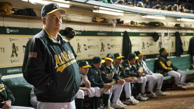 Der Trainer steht vor seiner Mannschaft.