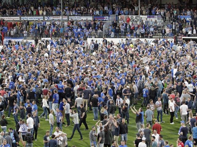 Die Fans stürmen nach geschafftem Aufstieg gegen Mannheim das Spielfeld.