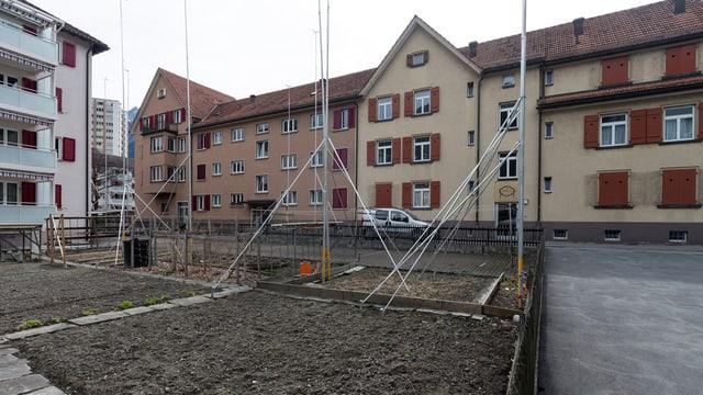 Profilstangen stehen in einem Altbauquartier zwischen der Ring- und Rheinstrasse im Rheinquartier in Chur, am Donnerstag, 11. April 2013. Die Genossenschaft fuer die Beschaffung billiger Wohnungen, Biwo, aus Chur erneuert ihre Bauten. An der Ring- und Rheinstrasse sollen die bald 100-jaehrigen Bauten in zwei Etappen abbgebrochen und durch rund 60 neue Wohnungen ersetzt werden. Der Baubeginn ist noch fuer dieses Jahr geplant.