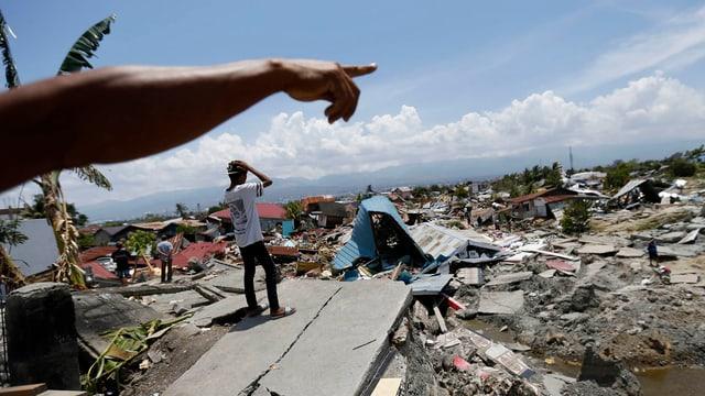 vista sin il terren devastà d'in terratrembel sin l'insla Sulawesi