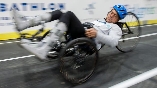 Ein Mann, der ein Rennen fährt. Er hat robotische Hilfsmittel.