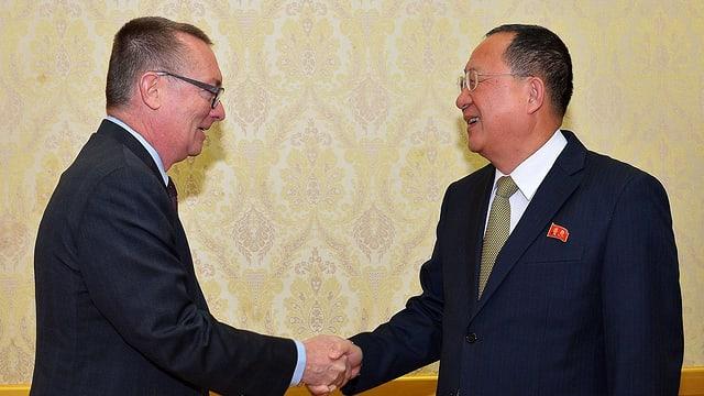 Minister da l'exteriur da la Corea dal Nord Ri Yong-ho e sut-secretari general da l'ONU Jeffrey Feltman.