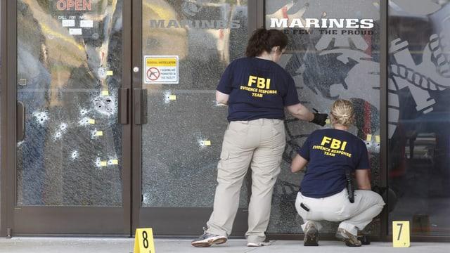 FBI-Mitarbeiter sichern am Tatort Spuren.