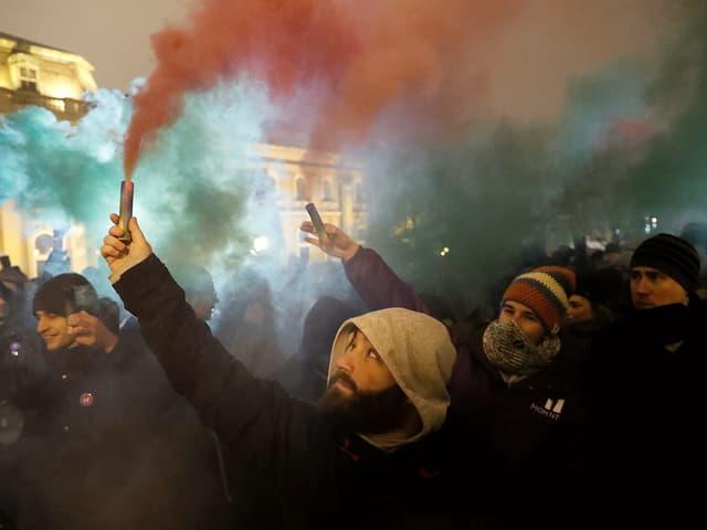 Protestanten mit Rauchgranaten