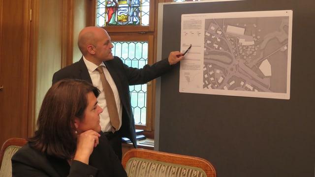 Baudirektor erklärt Bauplan für Gesundheitszentrum