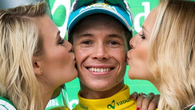 Miguel Angel Lopez, il victur dal 80avel Tour de Suisse cun duas blondinas che dattan in bitsch ad el