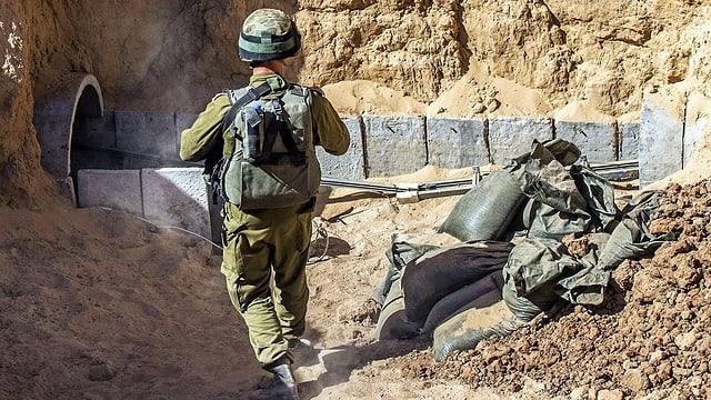 Israelischer Soldat vor einem Tunnel der Hamas