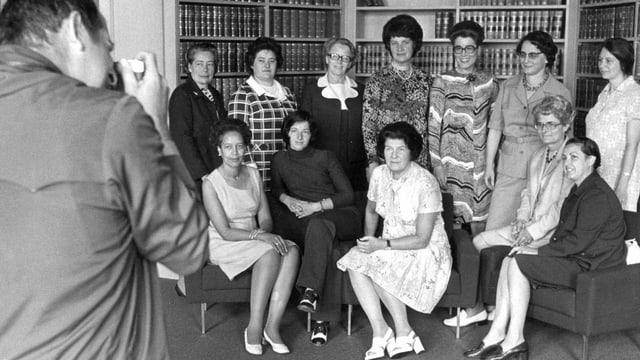Gruppenbild mit Fotograf: zehn Nationalrätinnen und eine Ständerätin