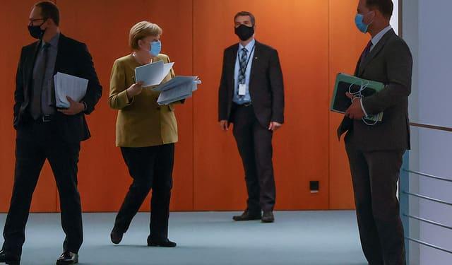 Kanzlerin Angela Merkel sowie weitere Politiker.