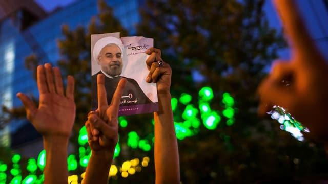 Anhänger feiern den Wahlsieg des Reformers Hassan Rohani in Teheran.