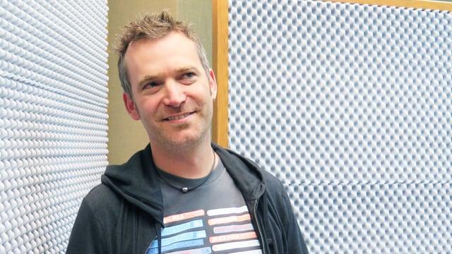 Mann in einem Radiostudio.