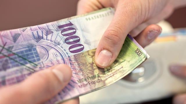Hände halten Banknoten.
