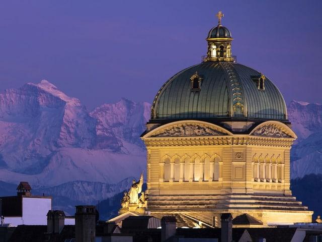 Das Bundeshaus in der Abenddämmerung.