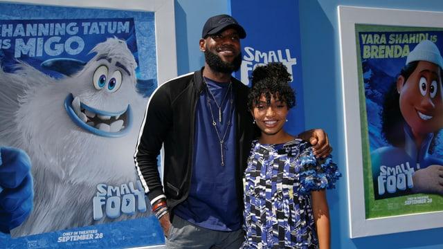 LeBron James posiert mit Yara Shahidi anlässlich der Filmpremiere.