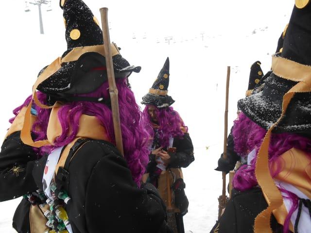 Vier als Hexen verkleidete Frauen stehen im Kreis.