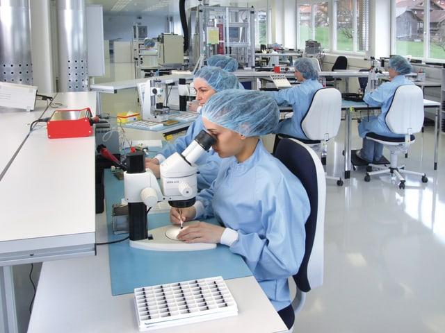 Fingerspitzengefühl: Die Montage der hochsensiblen Mikro-Motoren liegt weitgehend in Frauenhänden.