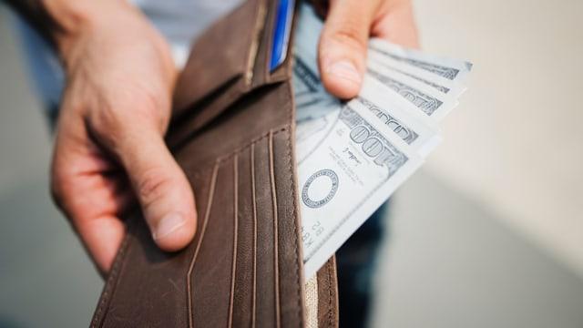 Portemonnaie offen mit ein paar Geldscheinen