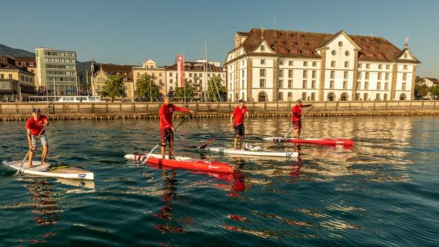 Vier Männer auf Stand-Up-Paddle