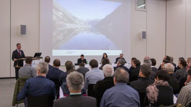 La radunanza generala da la OEE en il auditori a Zernez