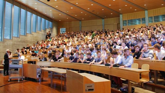 Der Blick in einen Saal voller Studierender an der Uni St. Gallen