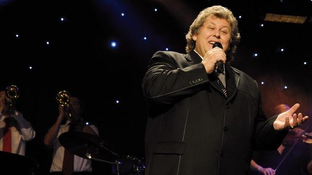 Marcello Alexander bei einem seiner Auftritte, begleitet von einer Live-Band.