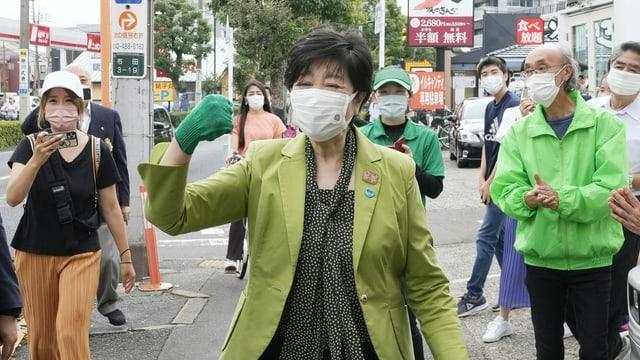 Yuriko Koyke hebt die Faust in die Luft und feuert einen Kandidaten an.
