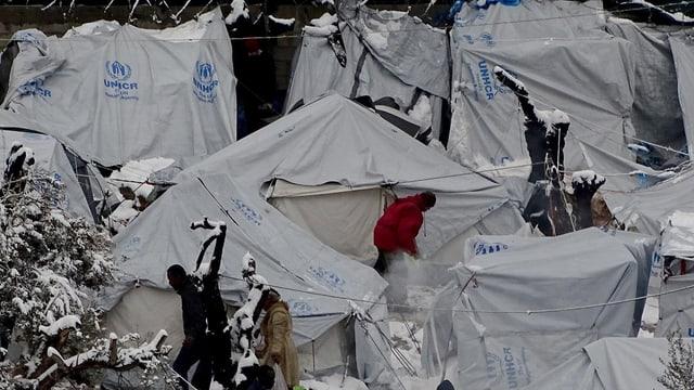Schneebedeckte Zelte für Flüchtlinge auf der griechischen Insel Lesbos.