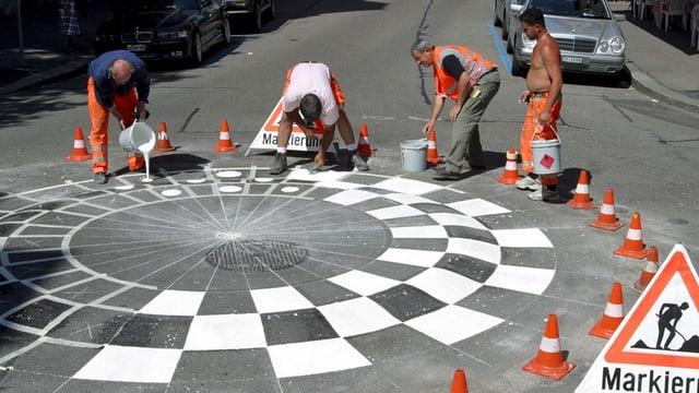 Vier Strassenarbeiter bei der Markierung einer neuen Tempo 30-Zone in Zürich