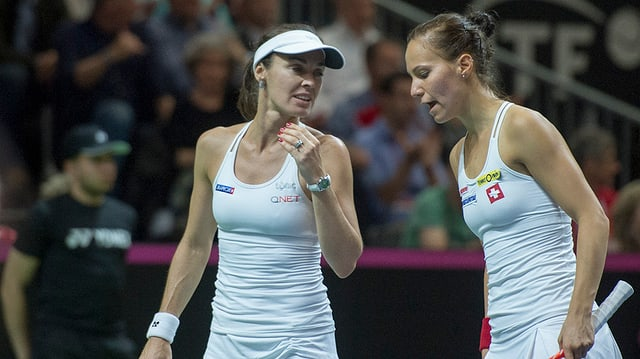 Martina Hingis e Viktorija Golubic durant il dubel dal Fed-Cup
