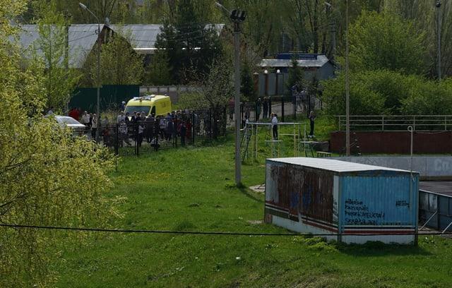 Zu sehen Schüler verlassen das Gebäude.