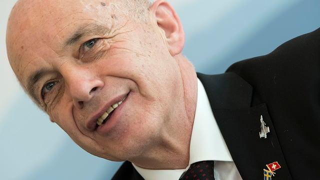 Bundesrat Ueli Maurer mit Gripen-Anstecker.