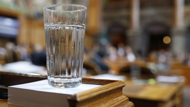Wasserglas auf einem Rednerpult im Ständerat.