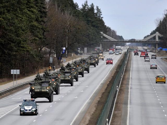 Eine Panzerkolonne auf einer Autobahn