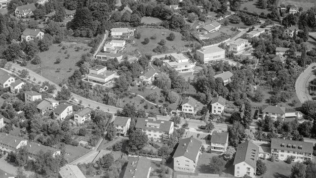 Eine schwarz-weisse Luftaufnahme eines Dorfes.
