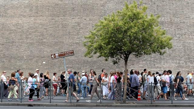 Eine Menschenschlange vor den Vatikanischen Museen.