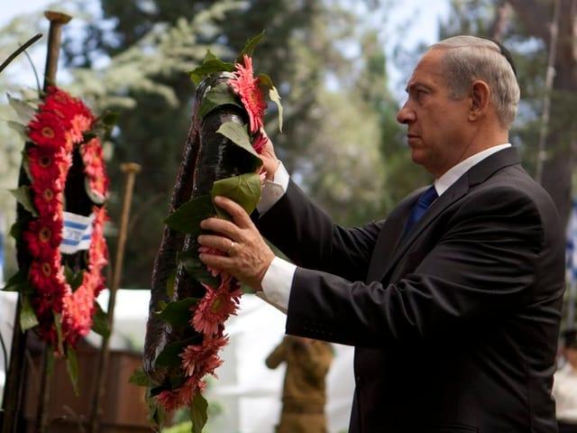 Netanjahu mit Kranz.
